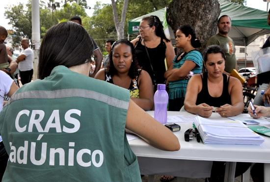 Ação Cadunico e IAFADEC na praça do Ibes - Imagem: Camila Vargas