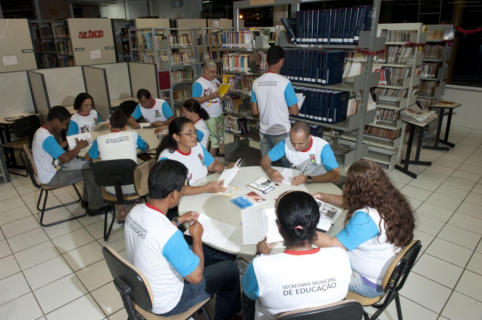 Alunos estudam na biblioteca de escola da rede municipal