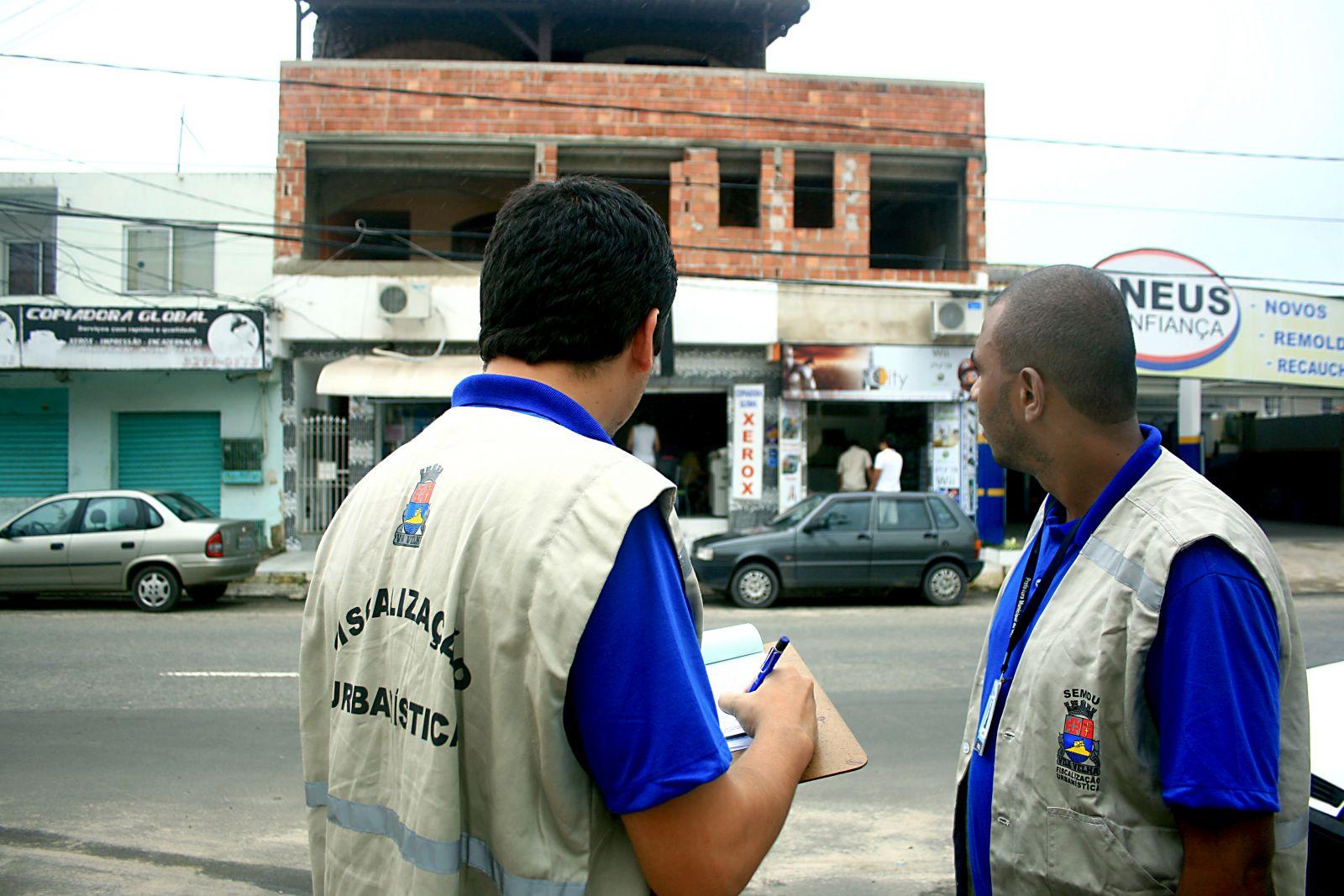 Fiscais Urbanísticos executando o trabalho em campo
