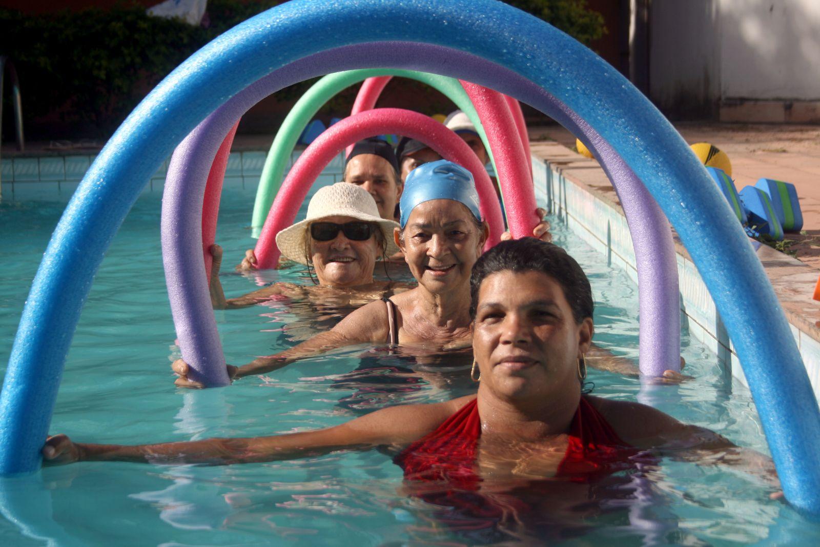 Idosos fazendo hidroginástica na piscina